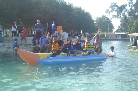 Salah satu kegiatan wisata yang menarik di Pulau seribu adalah banana boat (foto: dokumentasi pribadi)