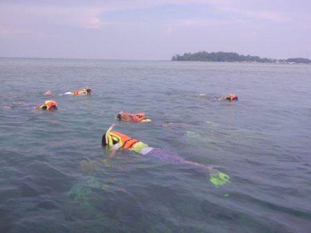 Snorkeling di Pulau Pramuka bisa menikmati pemandangan bawah laut (foto: dokumentasi pribadi)