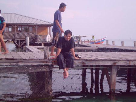 Saya ketika berada di tempat penangkaran hiu di Pulau Pramuka (foto: dokumentasi pribadi)