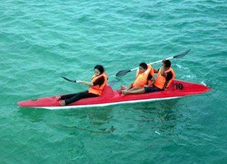 Mengelilingi pulau dengan perahu kano sungguh menyenangkan