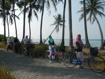 Naik sepeda keliling pulau sungguh menyenangkan